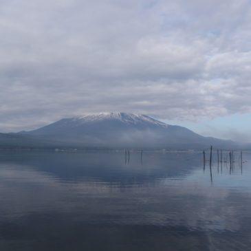 顔を隠した富士山とブラックバス